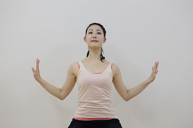 腕と胸の付け根を伸ばす